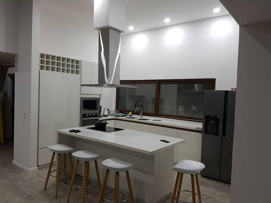 Remodelación de cocina: Muebles de cocinas de estilo  por N&V diseño y construcción, Moderno