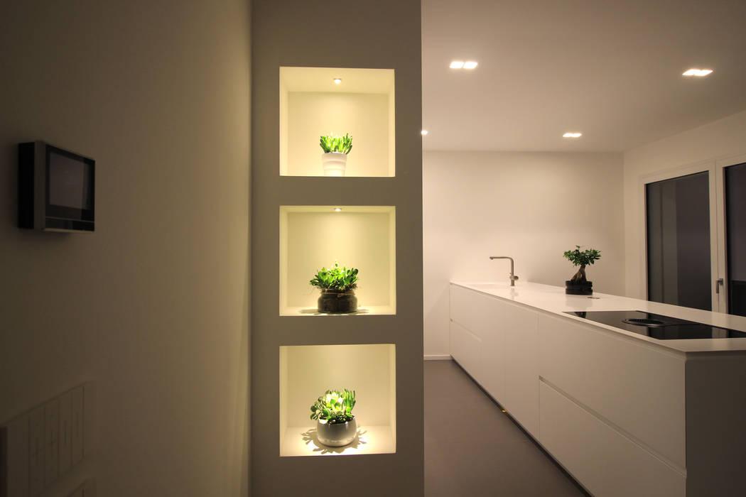 Dettaglio cucina con mensole illuminata cucina moderna di ...