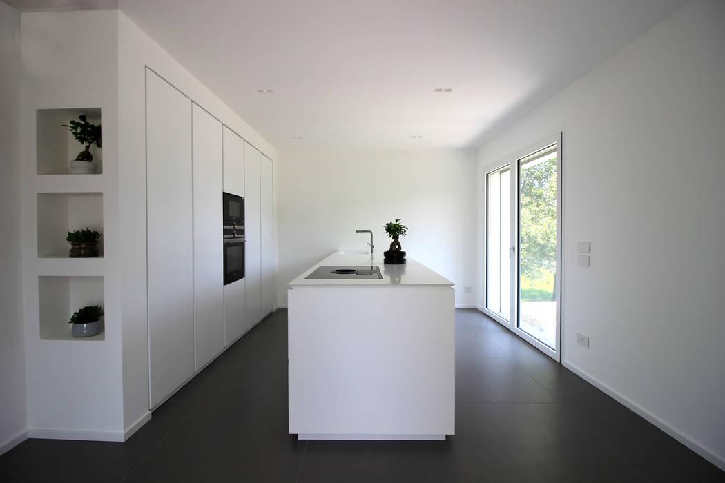 Cucina con visione centrale dell'isola : Cucina in stile  di ALFONSI ARCHITETTURA
