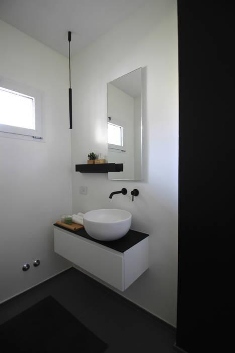 Bagno per gli ospiti, dettaglio lavabo, giorno: Bagno in stile  di ALFONSI ARCHITETTURA
