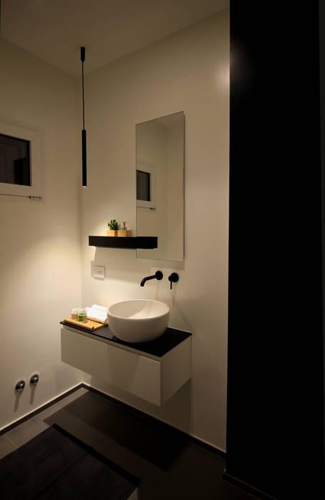 Bagno ospiti, visione di sera Bagno moderno di ALFONSI ARCHITETTURA Moderno