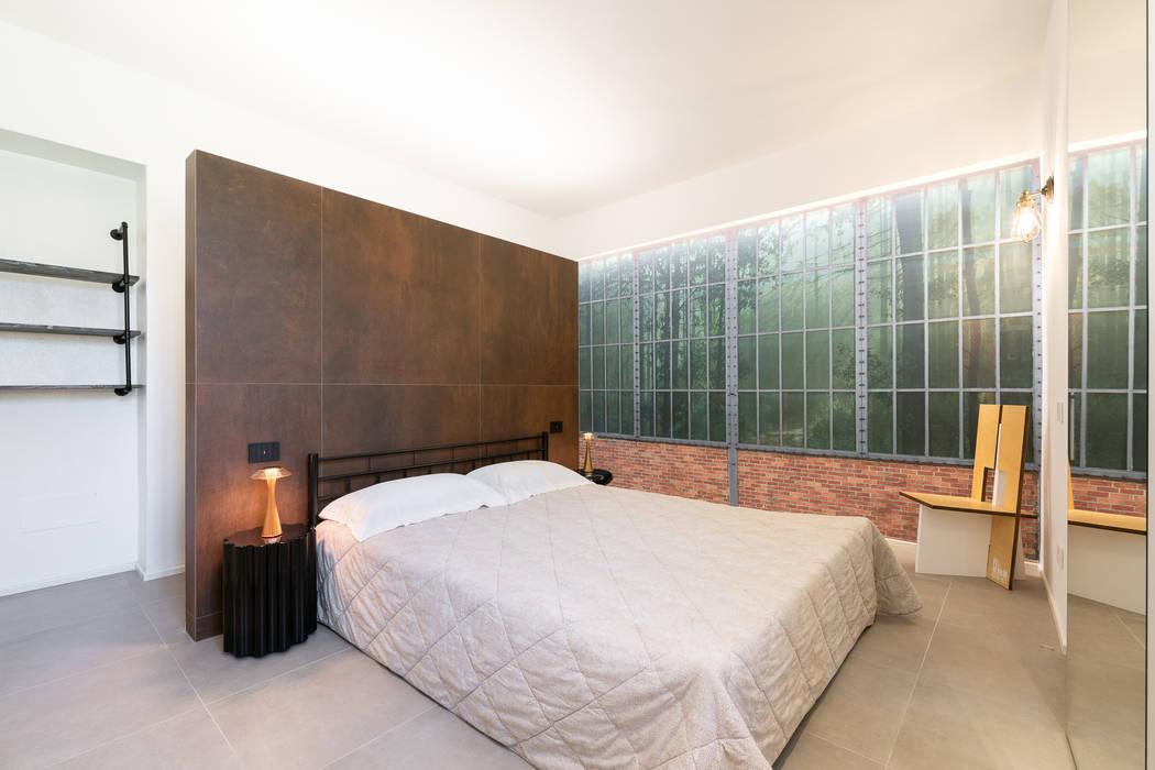 Camera da letto con carta da parati con bosco toscano: Camera da letto in stile  di B+P architetti