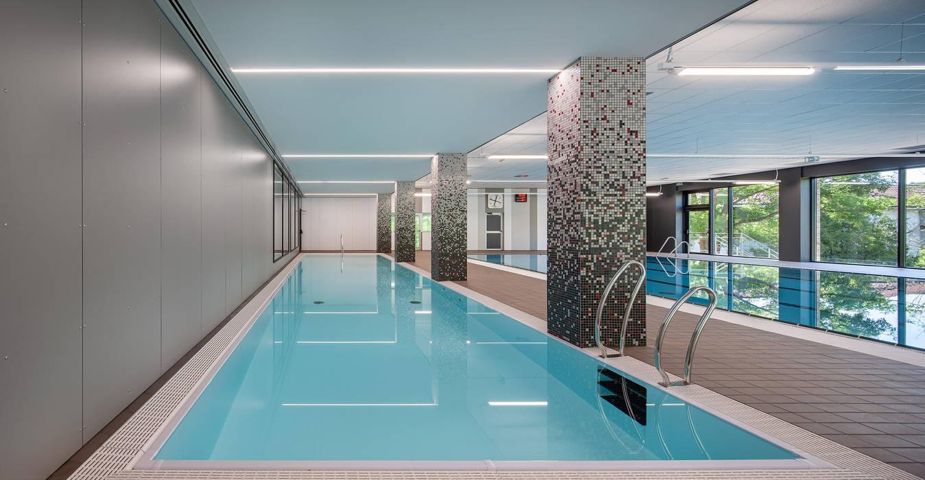 Nueva piscina de aprendizaje Estadios de estilo moderno de asieracuriola arquitectos en San Sebastian Moderno Azulejos
