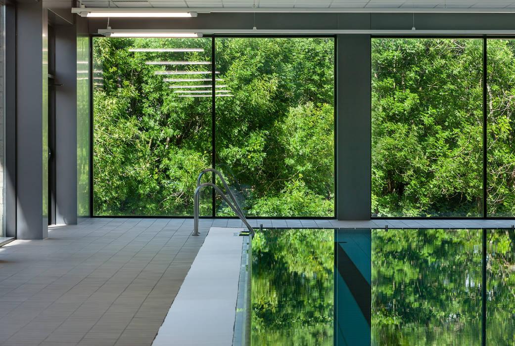 Nueva fachada acristalada Estadios de estilo moderno de asieracuriola arquitectos en San Sebastian Moderno Aluminio/Cinc