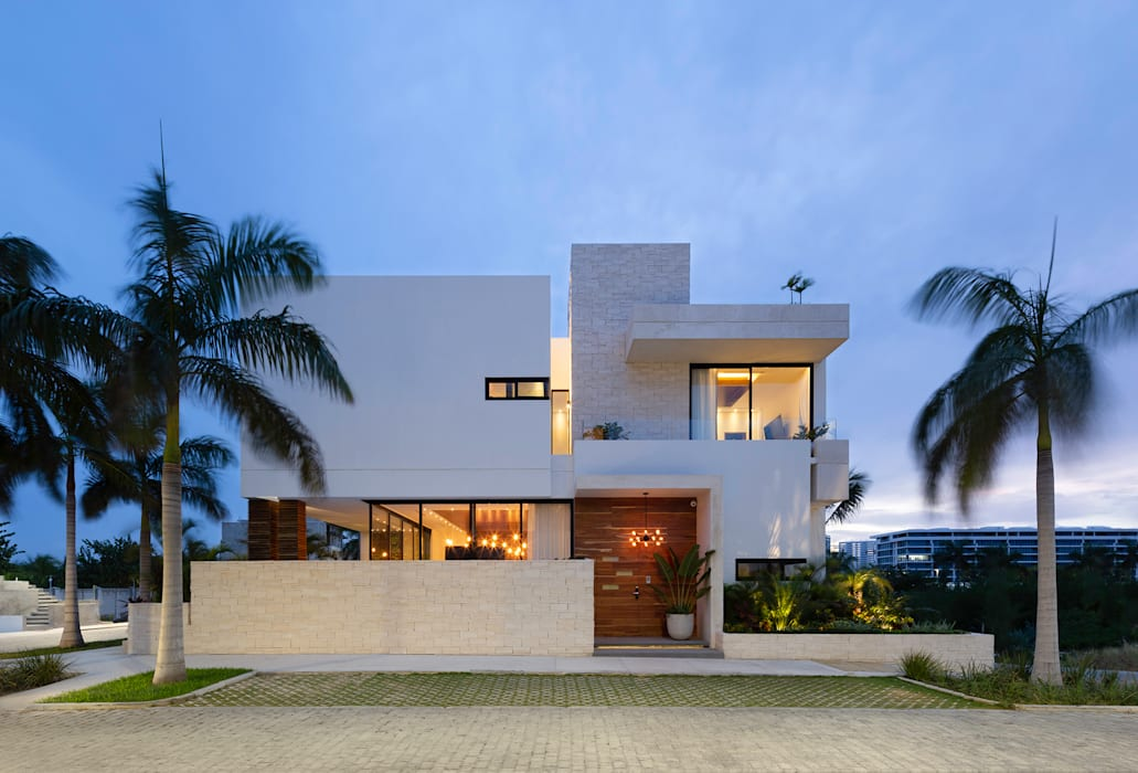 fachada principal: Casas unifamiliares de estilo  por Daniel Cota Arquitectura | Despacho de arquitectos | Cancún,