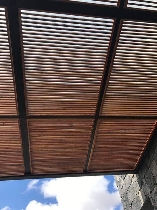 Pérgola de terraza exterior en cabaña de madera estilo rustico en complejo lounge hípico. AMSR ARQUITECTOS en Málaga Tejados Madera Acabado en madera