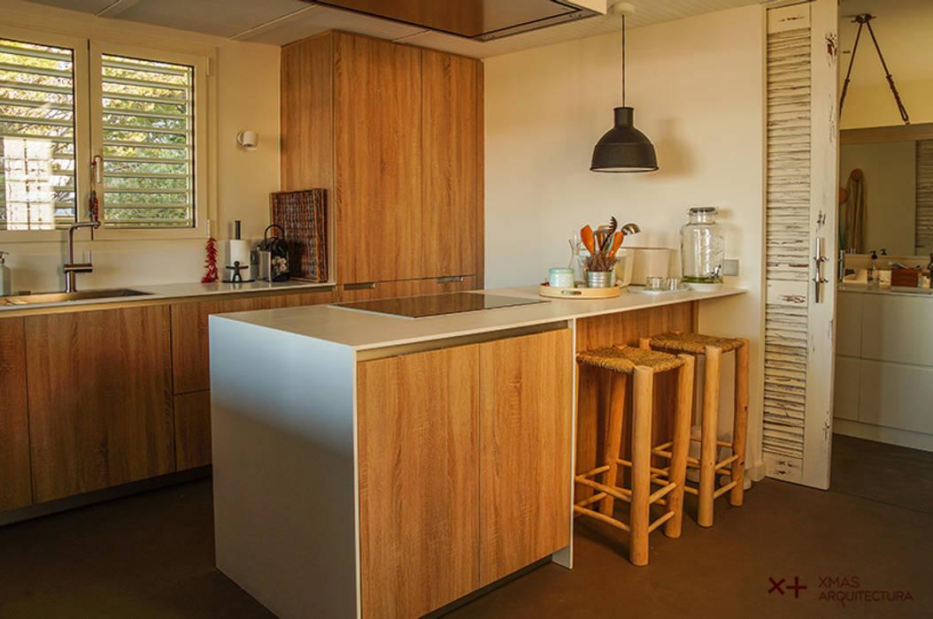 Cocina de pequeñas dimensiones aprovechada al máximo de Xmas Arquitectura e Interiorismo para reformas y nueva construcción en Barcelona Mediterráneo Madera Acabado en madera