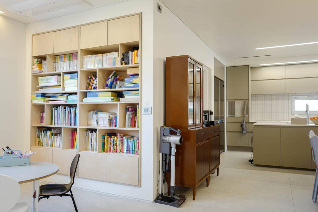 Livings modernos: Ideas, imágenes y decoración de 인우건축사사무소 Moderno