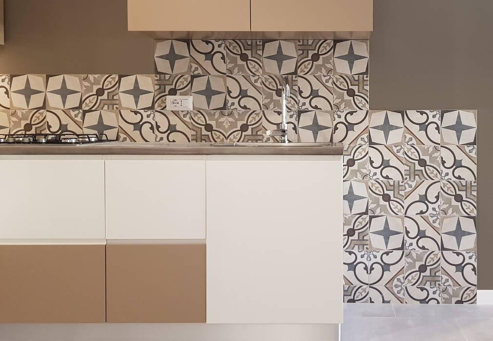 cucina artigianale a vista su soggiorno: Cucina attrezzata in stile  di studioQ