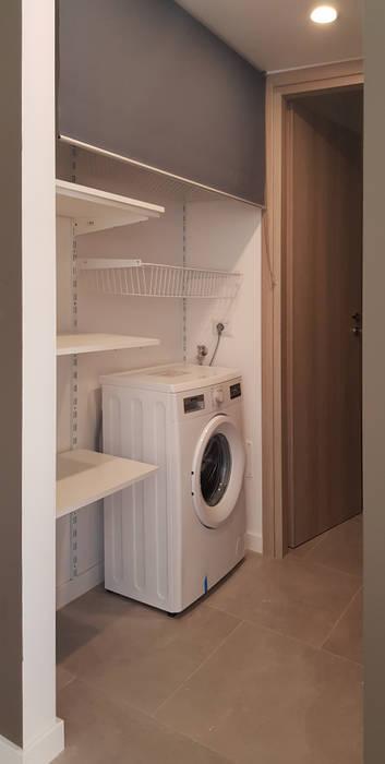 soluzione lavanderia: Ingresso & Corridoio in stile  di studioQ