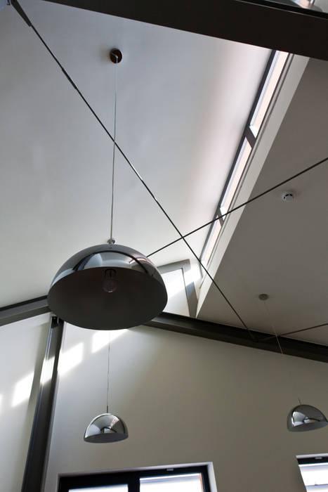 Techos de cuatro aguas de estilo  por The Mo Studio, Industrial