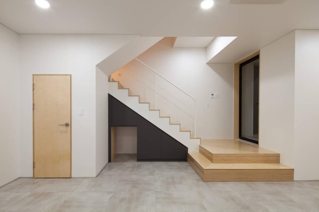 지하다목적실 계단: 위드하임의  거실,