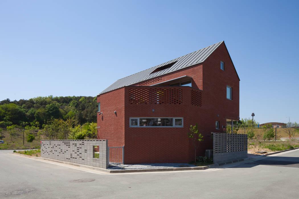 Rumah kayu oleh 위드하임, Modern