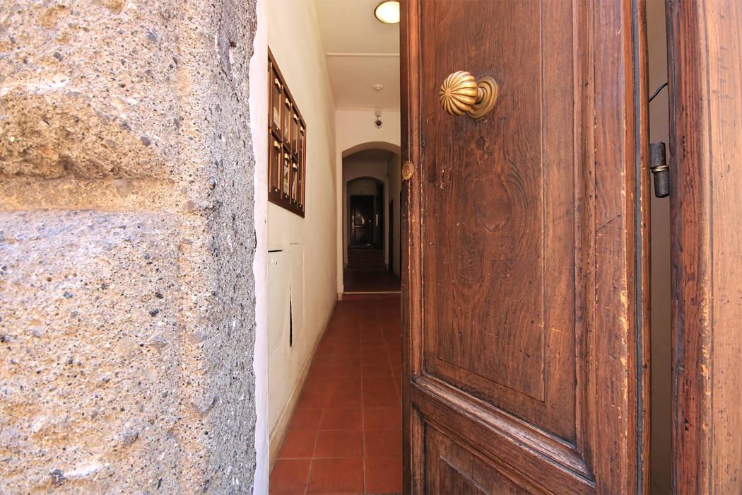 Hành lang, sảnh & cầu thang phong cách hiện đại bởi Creattiva Home ReDesigner - Consulente d'immagine immobiliare Hiện đại