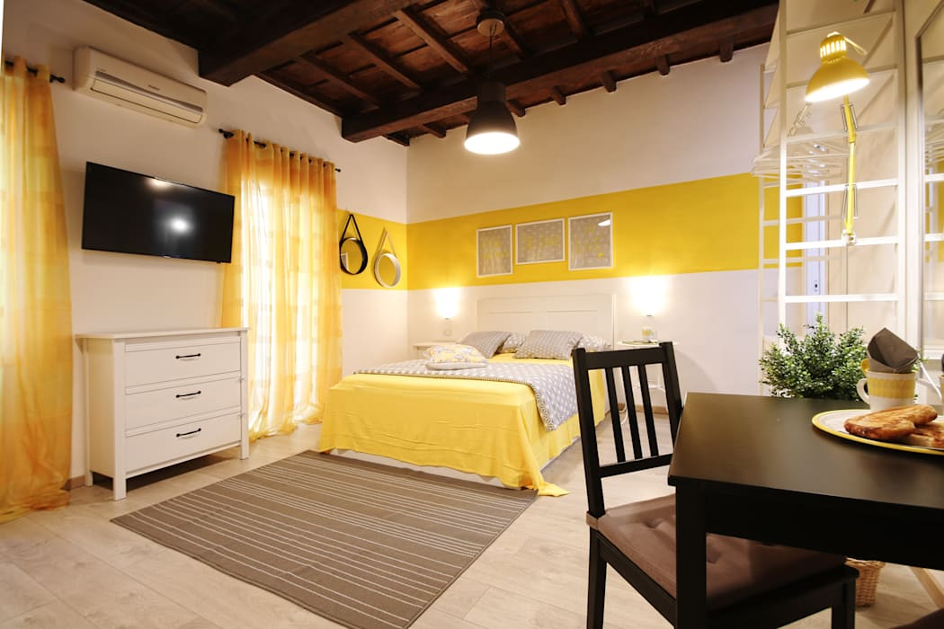 Phòng ngủ theo Creattiva Home ReDesigner  - Consulente d'immagine immobiliare,