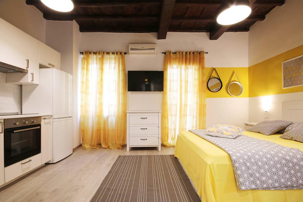 Relooking Appartamento in Quartiere Monti, Roma: Camera da letto in stile  di Creattiva Home ReDesigner  - Consulente d'immagine immobiliare, Moderno