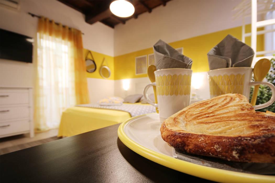 Bedroom by Creattiva Home ReDesigner  - Consulente d'immagine immobiliare,