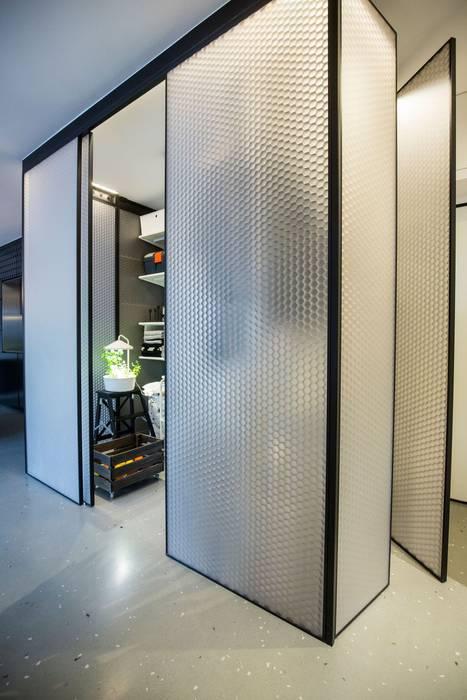 Zagreb Design Apartament: Pareti & Pavimenti in stile  di BENCORE