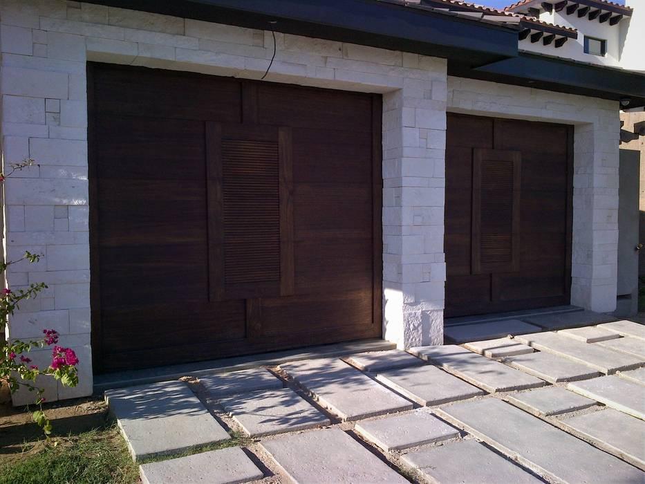 Una puerta de garaje que atrapa miradas. de homify Mediterráneo Madera Acabado en madera
