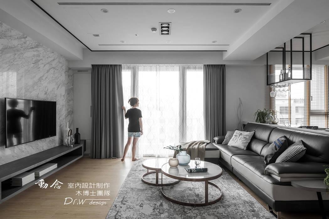 客廳玻璃門窗:  客廳 by 木博士團隊/動念室內設計制作, 現代風