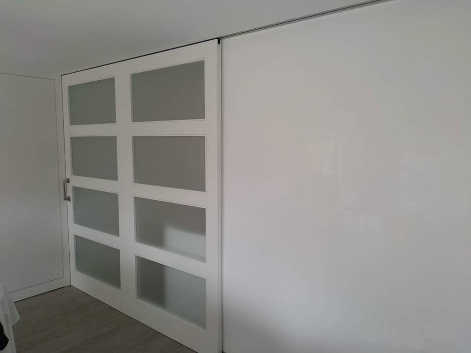 Puerta corredera para separación de ambientes de Gestionarq, arquitectos en Xàtiva Moderno