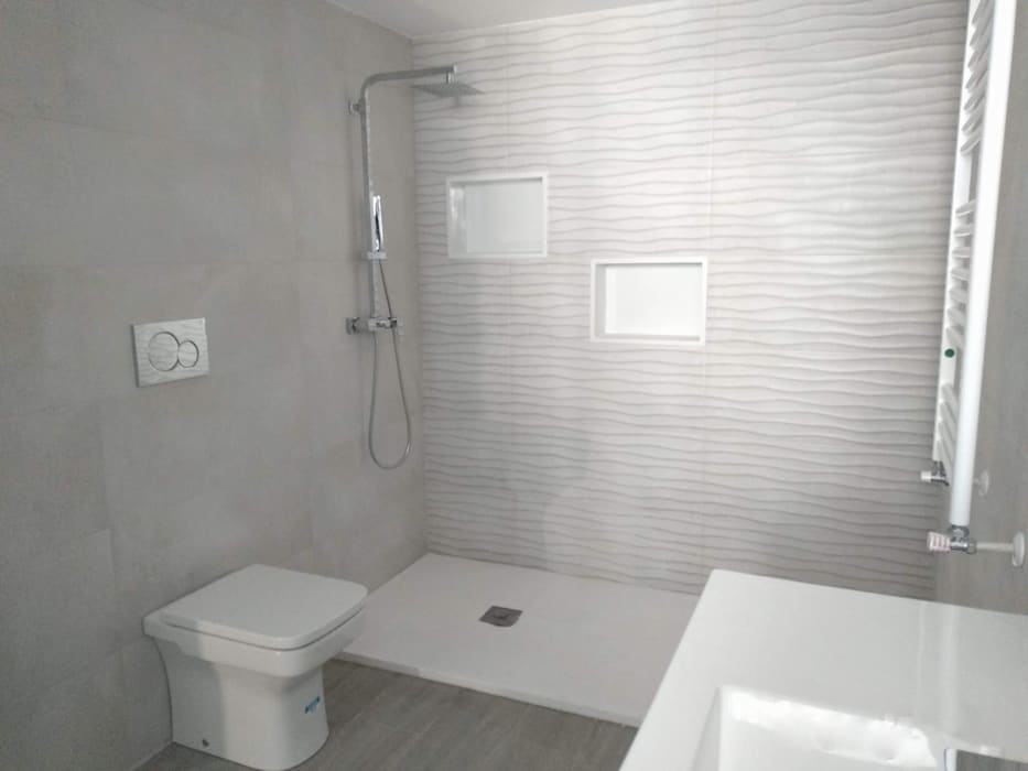 Modern style bathrooms by Gestionarq, arquitectos en Xàtiva Modern Tiles