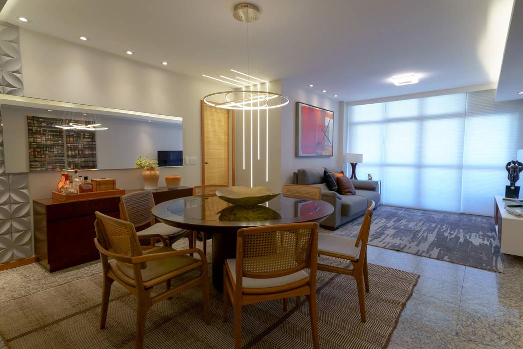 Apartamento em Camboinhas : Salas de estar  por M2T1,