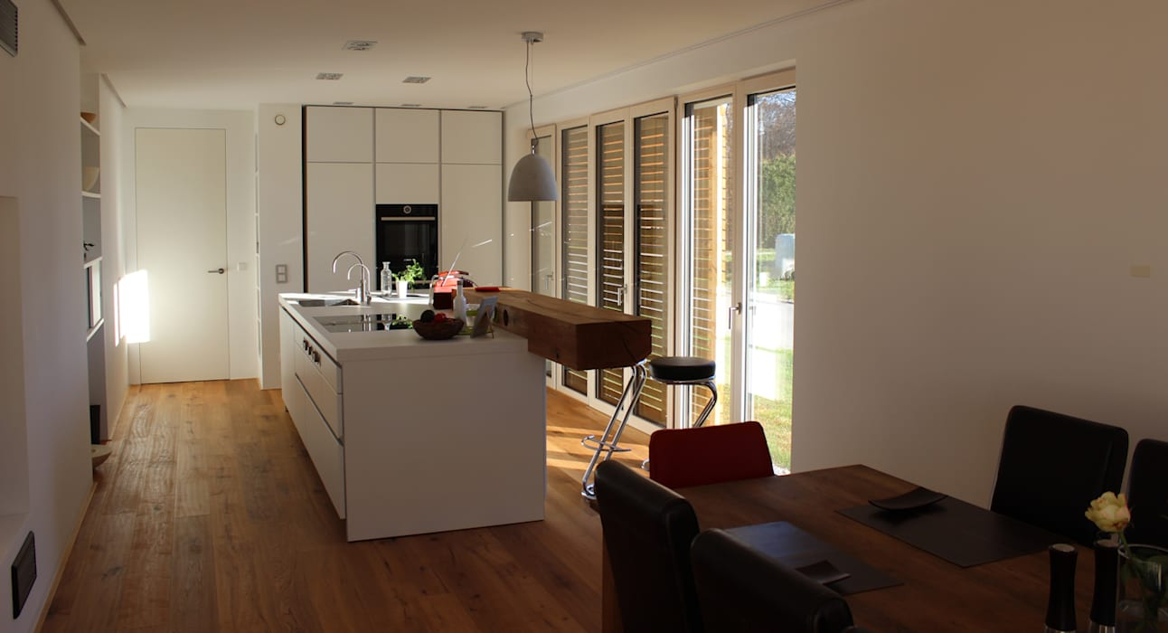 Küchenblock mit Bar: modern  von Architekt Namberger,Modern