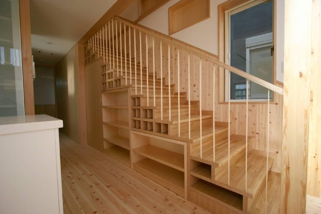 ワインセラーのある階段下収納 の SO建築設計一級建築士事務所 オリジナル 木 木目調