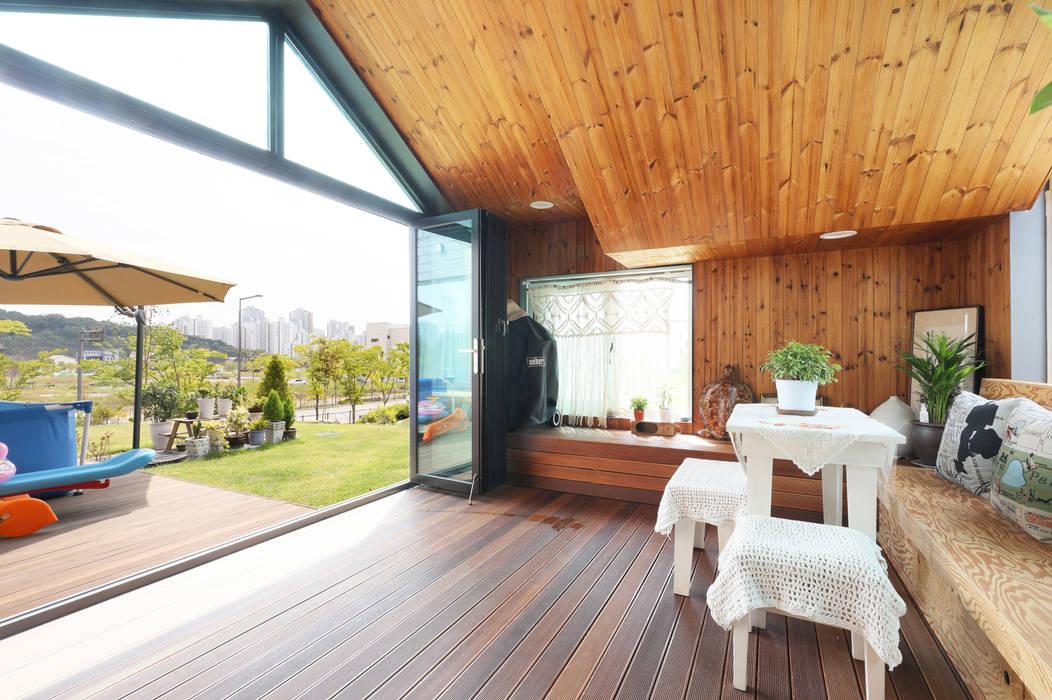 세종시주택 락현재 썬룸: 주택설계전문 디자인그룹 홈스타일토토의  베란다,모던 우드 우드 그레인
