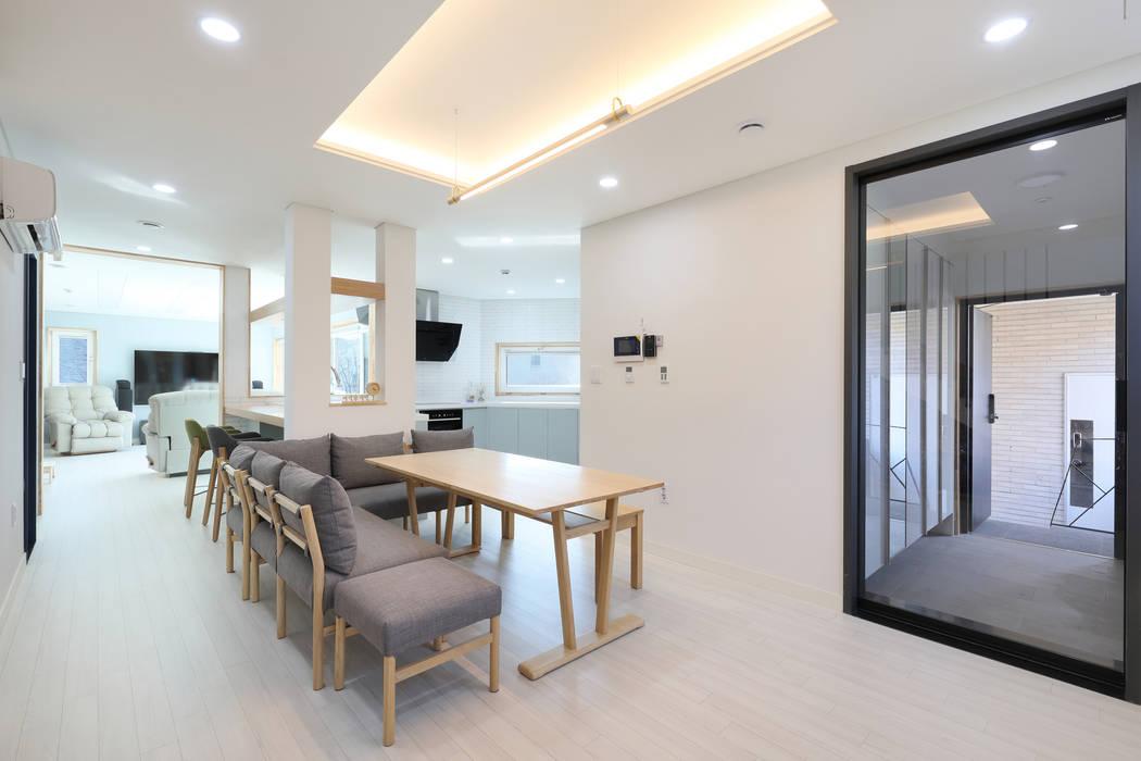 Salle à manger moderne par 주택설계전문 디자인그룹 홈스타일토토 Moderne Bois Effet bois