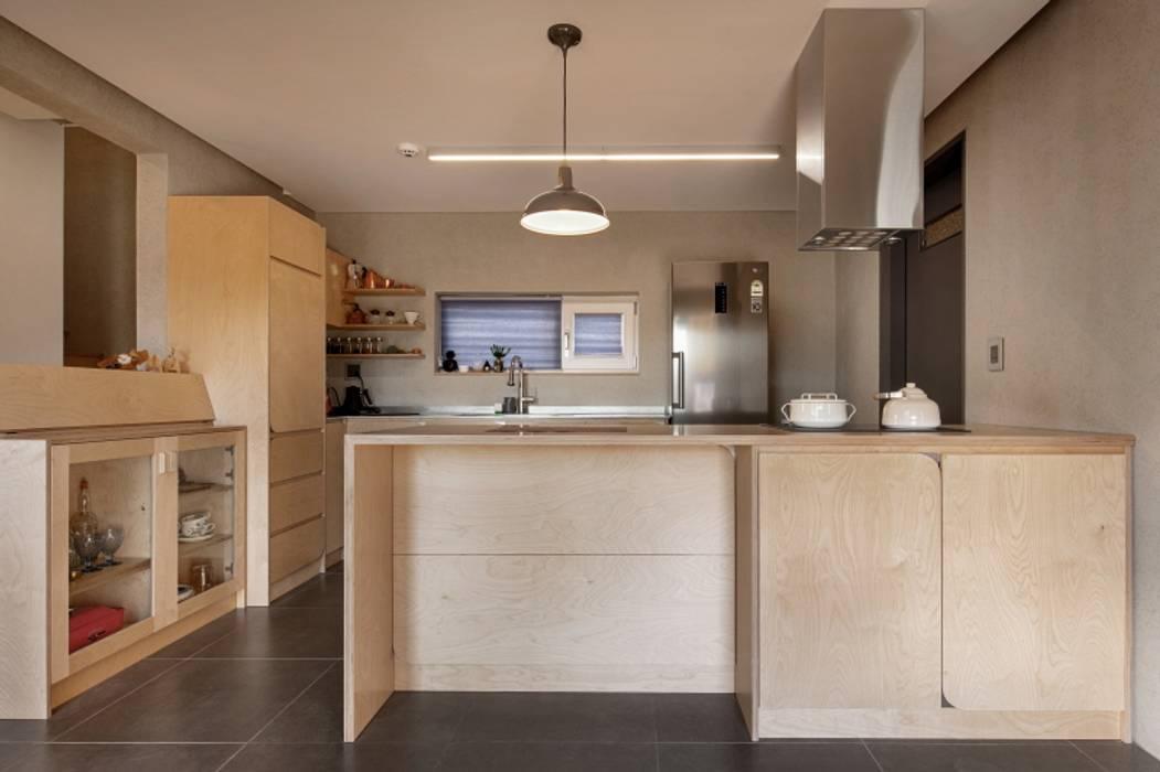 파주시 두가구주택 '소풍'(소소한 풍경): (주)건축사사무소 더함 / ThEPLus Architects의  작은 주방,모던