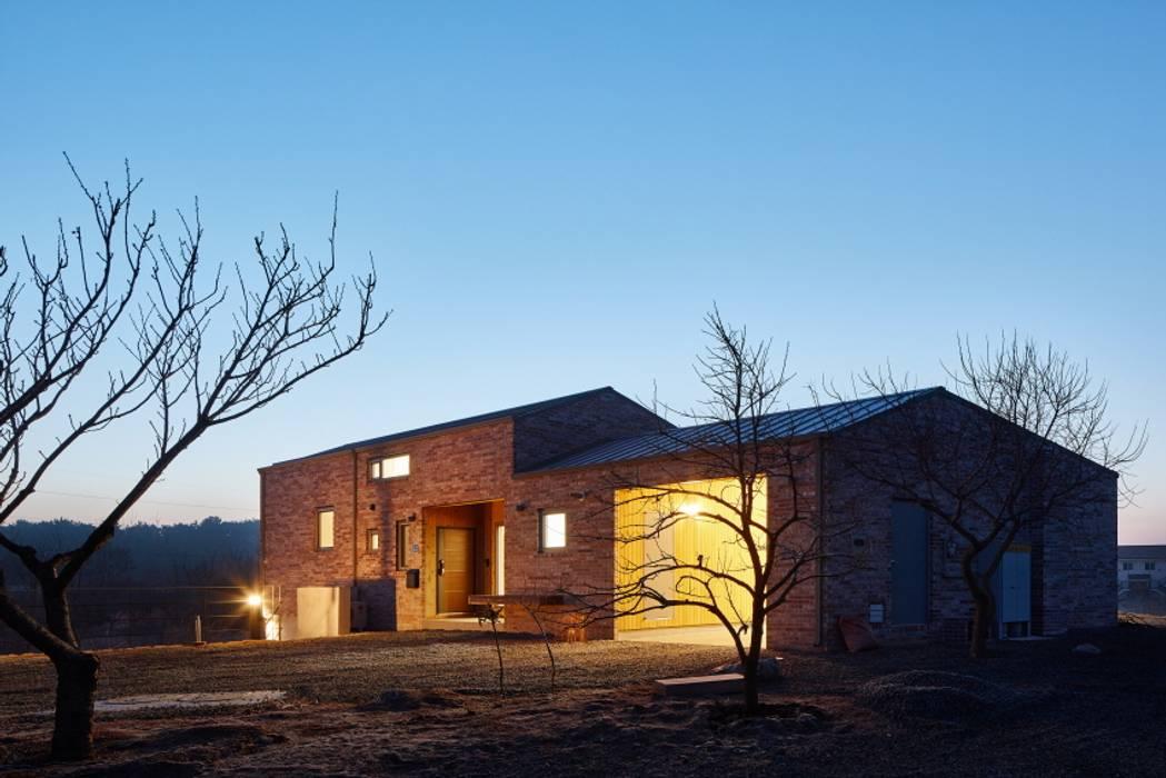 태안 신두리 해안 단독주택 '서리재': (주)건축사사무소 더함 / ThEPLus Architects의  전원 주택,