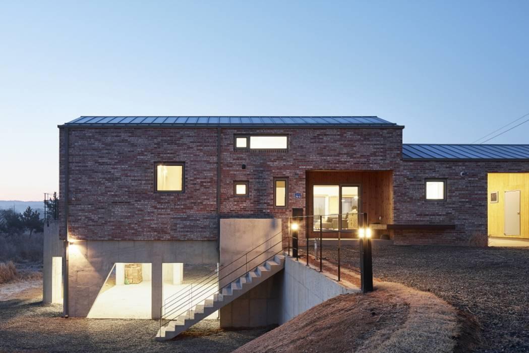 度假別墅 by (주)건축사사무소 더함 / ThEPLus Architects, 鄉村風