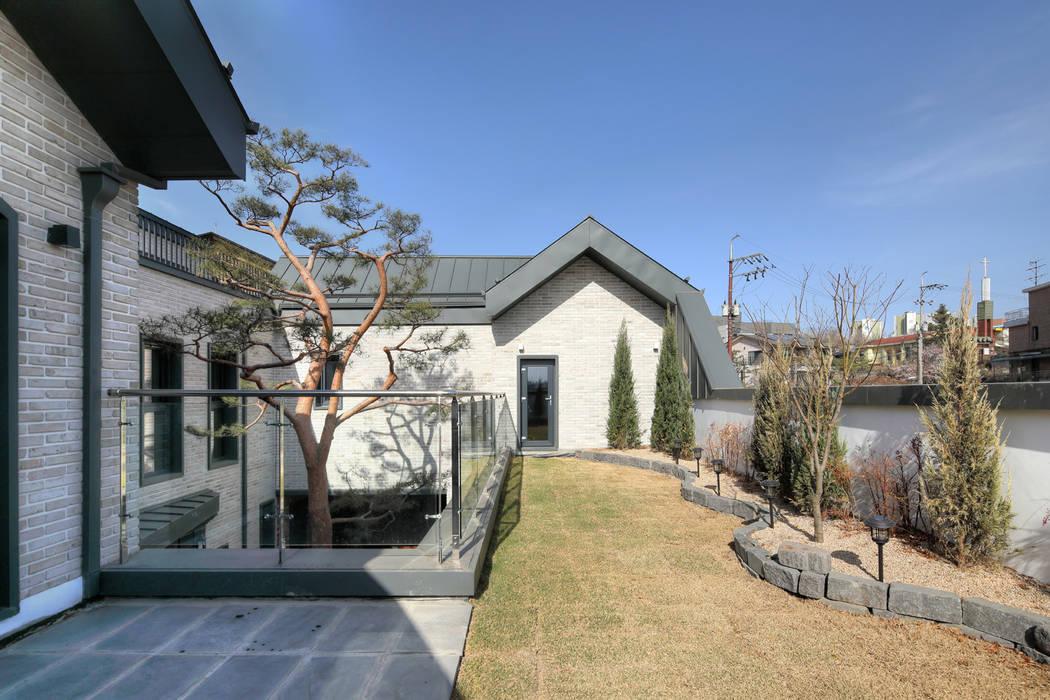 암사동 중정주택 포림재 옥상정원: 주택설계전문 디자인그룹 홈스타일토토의  젠 가든,모던 벽돌