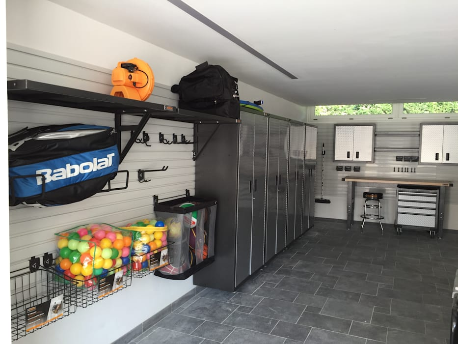 ESEMPIO DI ARREDAMENTO GARAGE Garage/Rimessa in stile moderno di GLADIATORWORX SAGL - info@gladiatorworx.ch Moderno