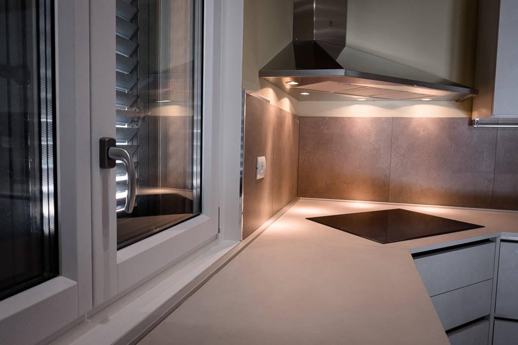 VILLA IN BIOEDILIZIA, MONTECHIARO D'ACQUI: Finestre in stile  di Building Evolution, Moderno