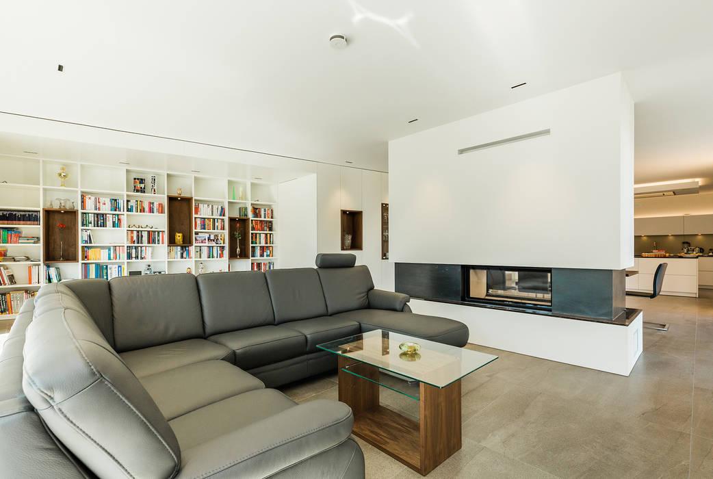 Offener Wohn- und Essbereich mit Kaminblock als Raumteiler Moderne Wohnzimmer von WSM ARCHITEKTEN Modern