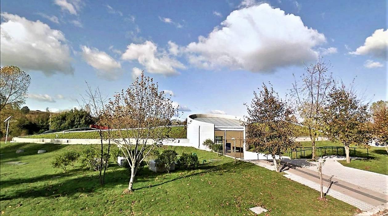 Fachada principal: Estadios de estilo  por Brassea Mancilla Arquitectos, Santiago,