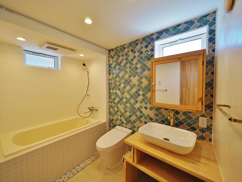 荒川の複合住宅: ユウ建築設計室が手掛けた浴室です。,モダン