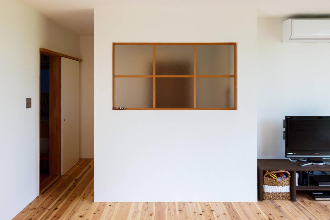 Wooden windows by a.un 建築設計事務所, Scandinavian Wood Wood effect