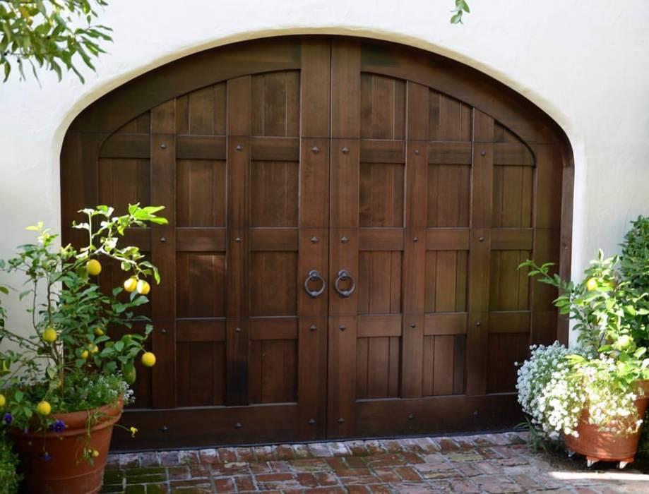 Una puerta de garaje que atrapa miradas. CHD COMPANY Garajes Madera maciza Acabado en madera