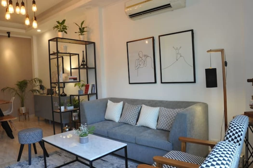 Renovation of the flat :  Living room by flamingo architects,