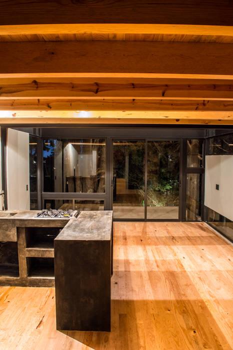 Interior desde cocina: Cocinas pequeñas de estilo  por RAMLE Arquitectos, Moderno Concreto