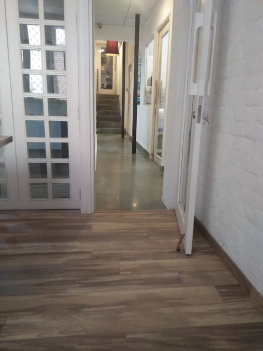 Wooden flooring with rustic finish and wall: minimalist  by Grey-Woods,Minimalist Engineered Wood Transparent