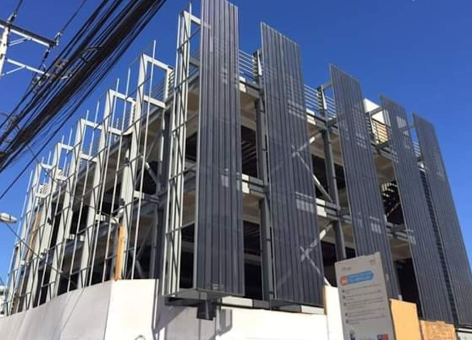Yañez y Muñoz Arquitectosが手掛けた雨戸, インダストリアル アルミニウム/亜鉛