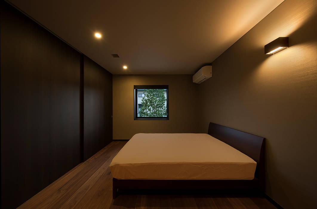 山隈の家 寝室: Atelier Squareが手掛けた寝室です。,