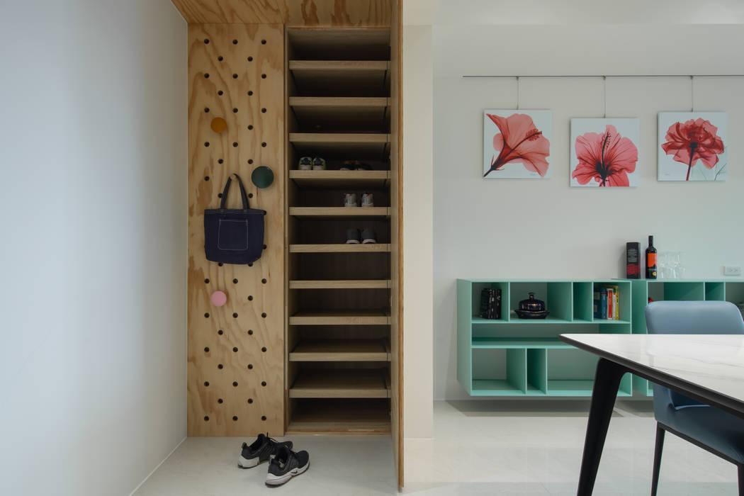 Dr. Yang案 | 鞋櫃:  走廊 & 玄關 by 有隅空間規劃所, 隨意取材風 合板