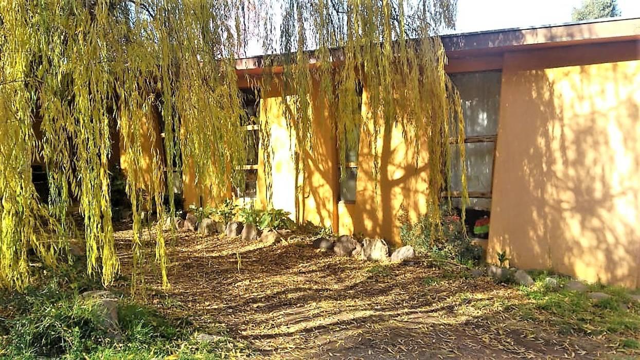 Acceso vehicular por fachada Norte: Casas ecológicas de estilo  por Brassea Mancilla Arquitectos, Santiago, Moderno Madera Acabado en madera