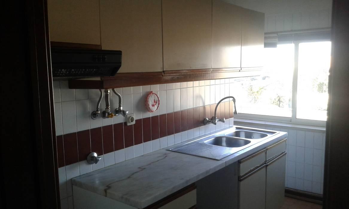 Cozinha - Antes: Cozinhas  por CSR - Construção e Reabilitação em Lisboa,